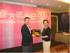 Mr. Leslie Tang, President of the Society, received a souvenir from Ms. Vanessa Kong, Acting Director of Statistics and Census Service of Macao